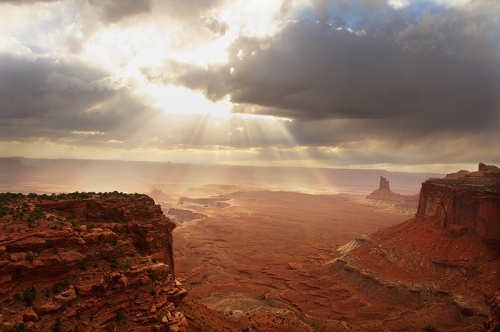 canyonlands_storm_light
